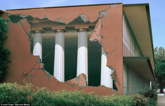 7 Unbelievable 3D Murals Painted on Buildings