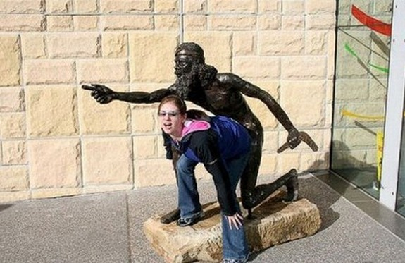people playing with statues 08 in Messing Around With Statues; 24 Most Funny Photographs